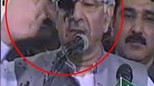 سیال کوٹ میں وزیر خارجہ خواجہ آصف کے چہرے پر سیاہی پھینک دی گئی