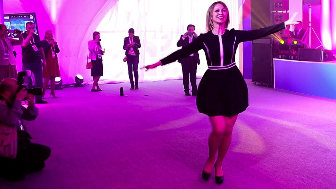 ماريا زخاروفا ترقص على أنغام كالينكا الروسية الشهيرة