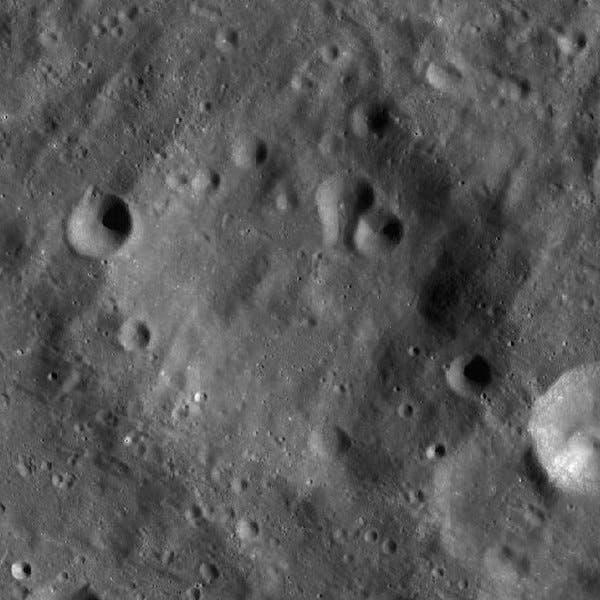 صورة للفوهة الصدمية الموجودة على الجانب البعيد من القمر والتي تحمل اسم فان هو