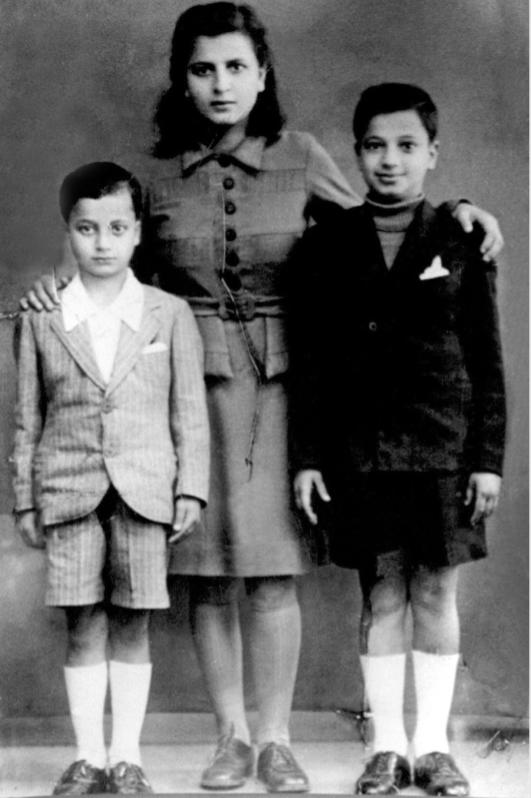 یاسر عرفات کی بچپن میں اپنی  بہن خدیجہ  اور بھائی فتحی کے ساتھ تصویر۔