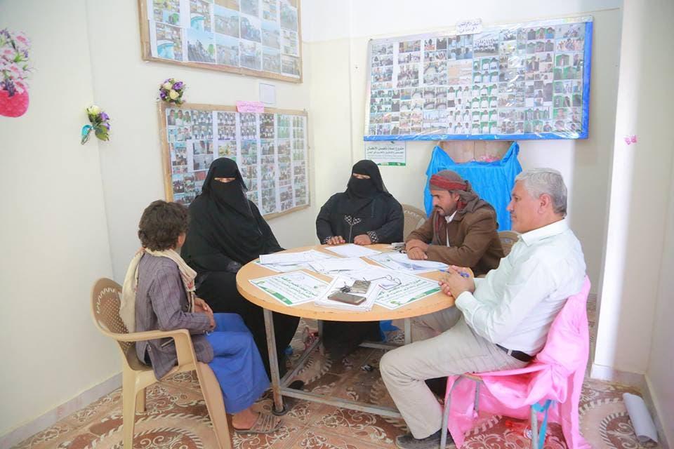 الأخصائيون في المشروع أثناء استقبال الأطفال المجندين الجدد للاستماع لقصة كل واحد منهم