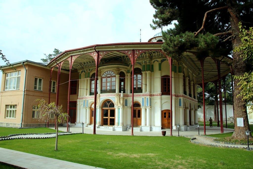 """از """" کوتی باغچه """" به عنوان اولین قصر داخلی نام برده میشود که در دو طبقه و در ساحهی در حدود 300 متر مربع و به صورت دایرهیی ساخته شدهاست. این قصر پانزده اتاق کوچک، متوسط و بزرگ دارد. در طبقه دوم اتاقهای کوچک و زیبای وجود دارد که کلکینهای آن در جهتهای مختلف باز میشود.  تا قبل از کودتای سردار داود خان، سردار عبدالولی خان در آنجا زندگی میکرد"""