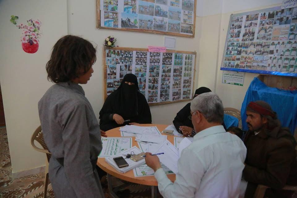 أحد الأطفال المجندين يحكي للأخصائيين تجربته أثناء تجنيده في صفوف الحوثيين