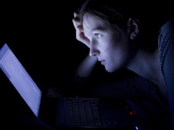 هل يضرّ الضوء الأزرق البشرة أم يفيدها؟