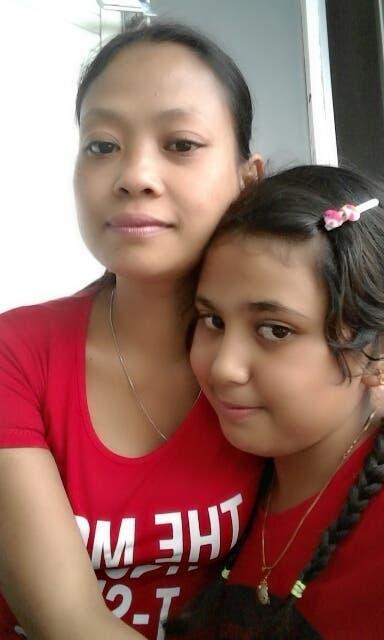 الطفلة هيفاء مع أمها
