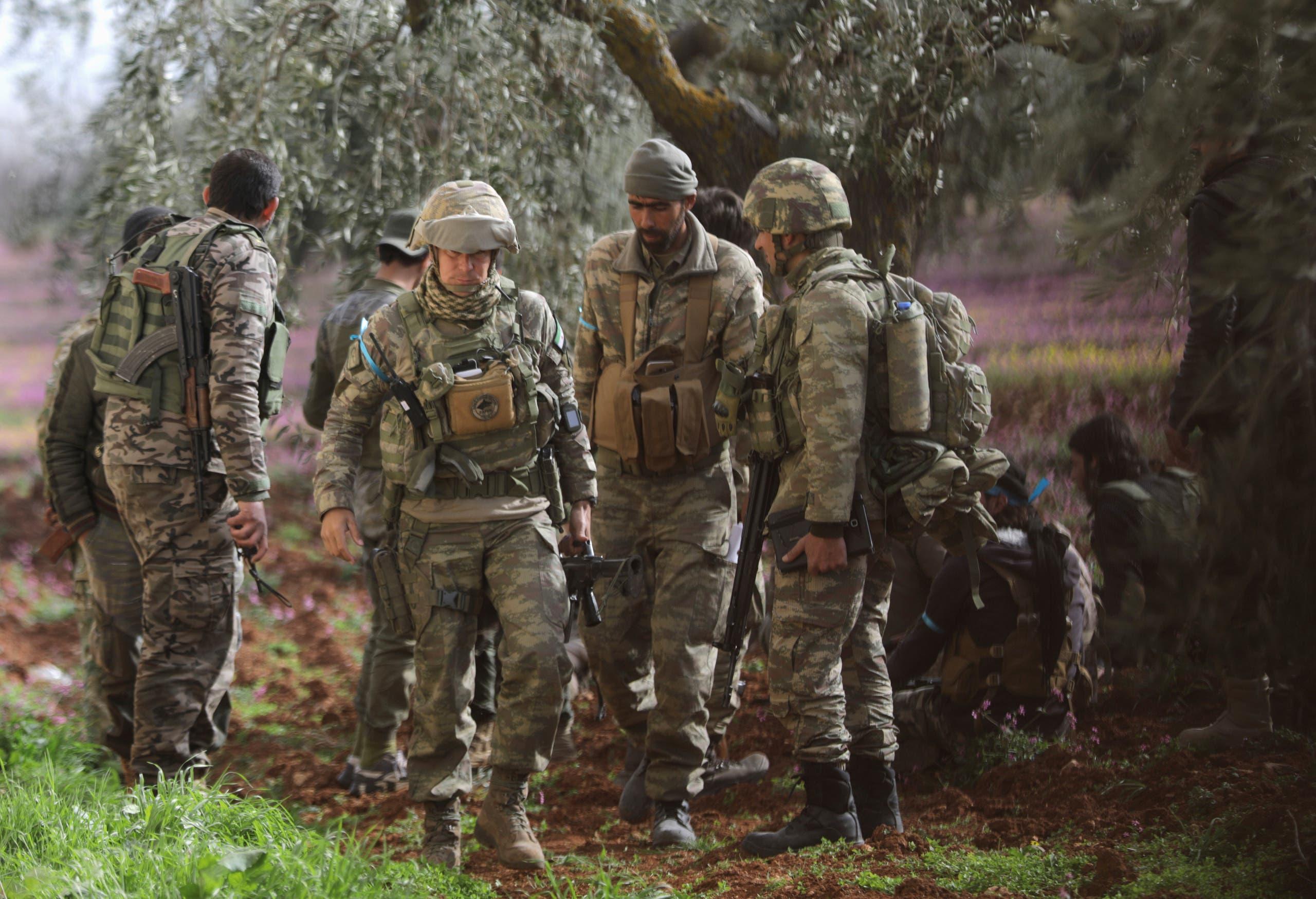جنود أتراك مع مقاتلين من الجيش السوري الحر شمال عفرين