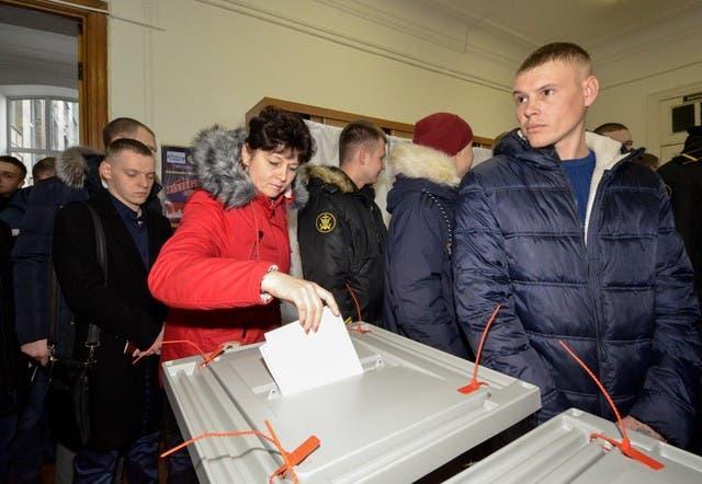 امرأة تدلي بصوتها في الانتخابات الرئاسية الروسية في لجنة في مدينة بتروبافلوفسك-كامتشاتسكي المطلة على المحيط الهادي