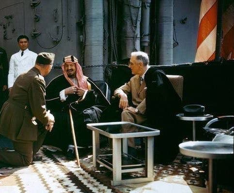 الصورة التاريخية التي جمعت الملك عبدالعزيز مع الرئيس الأميركي