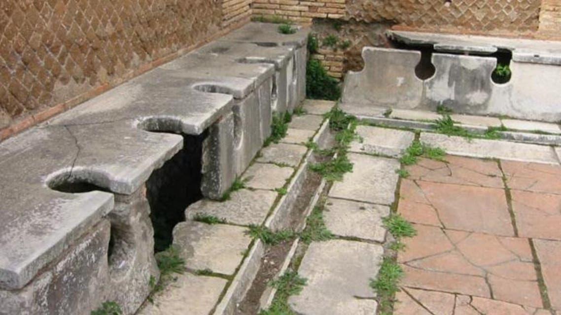 صورة لبقايا آثار أحد المراحيض العمومية بروما قديما