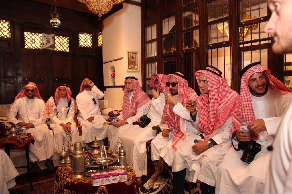 المحترفون أثناء تجربتهم التقاليد السعودية