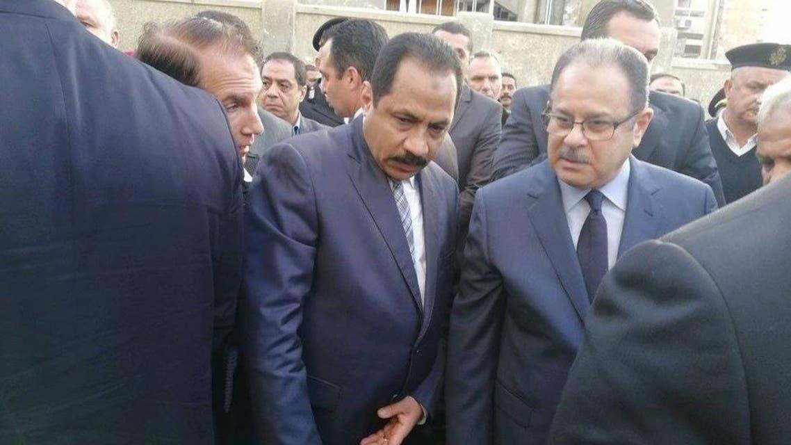 وزير الداخلية المصري مجدي عبدالغفار - إلى اليمين- وبجواره مدير أمن الإسكندرية الناجي من محاولة الاغتيال