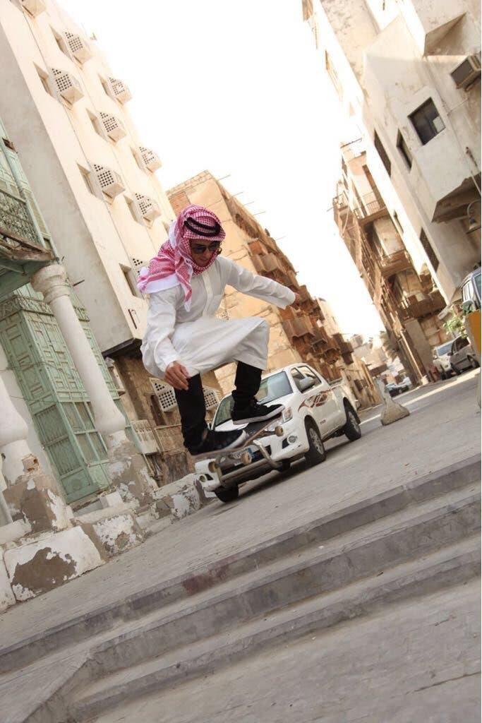 أحد المحترفين بالزي السعودي على لوح التزلج