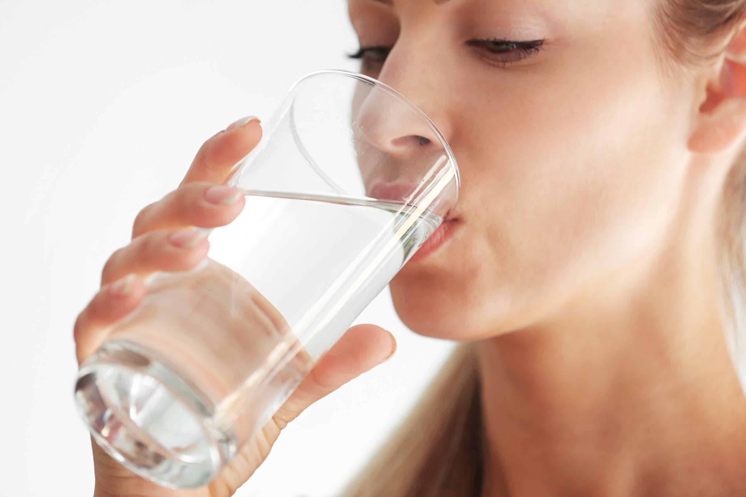 لحماية البشرة تحتاج إلى شرب 8 أكواب من الماء يوميا