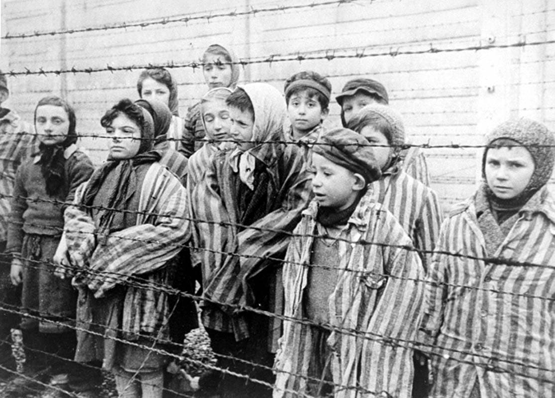 صورة لعدد من المعتقلين اليهود داخل معسكر الإبادة بأوشفيتز
