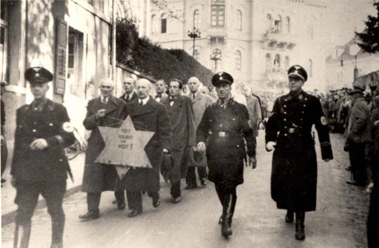 صورة لعدد من الأسرى اليهود  قبيل نقلهم نحو معسكر الإبادة بأوشفيتز