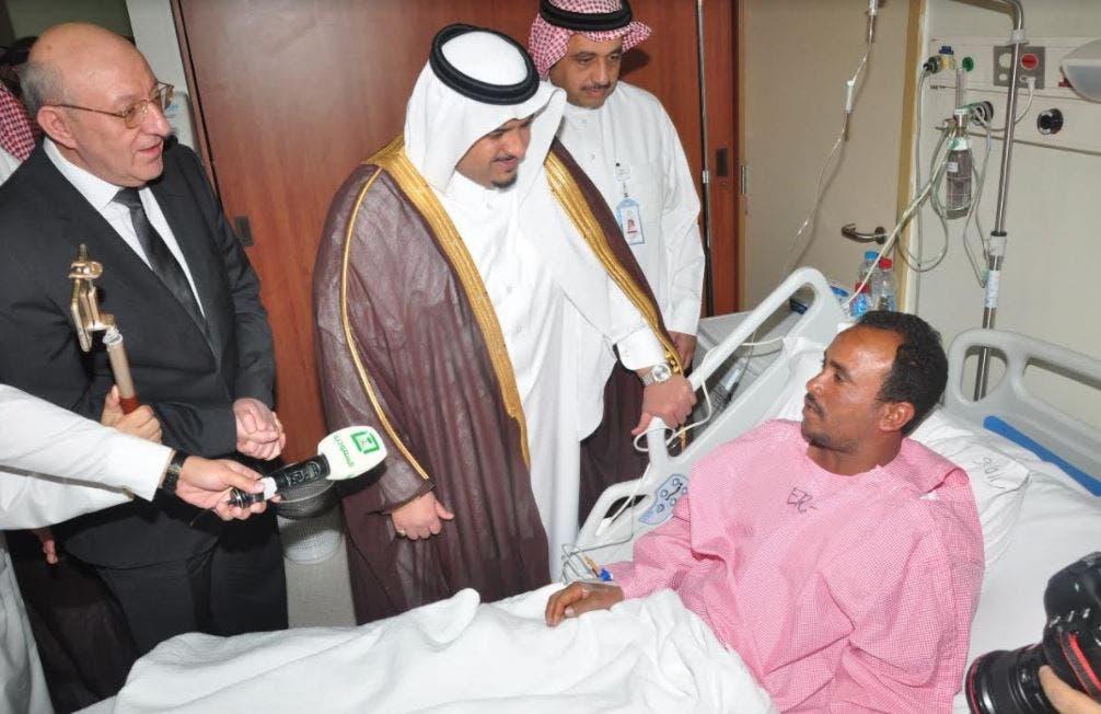 نائب أمير الرياض مع أحد المصابين