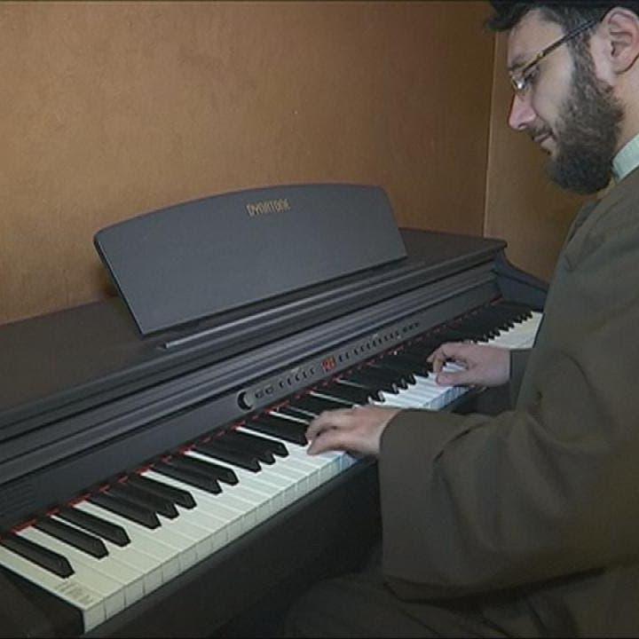 """رجل دين شيعي لبناني طُرد من """"الحوزة"""" بسبب عزفه البيانو"""