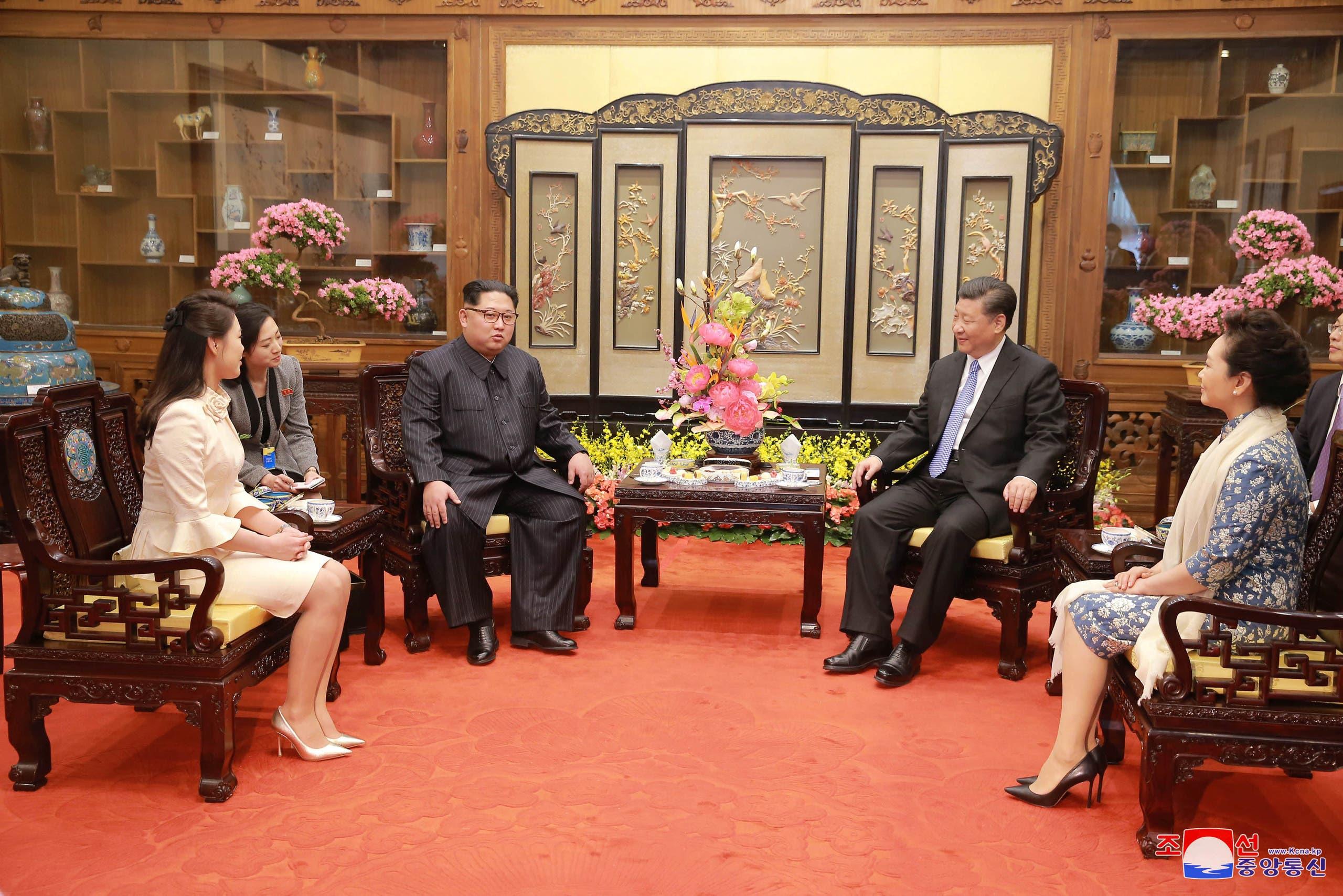 زعيم كوريا الشمالية مع زوجته في لقاء مع الرئيس الصيني وزوجته في بكين