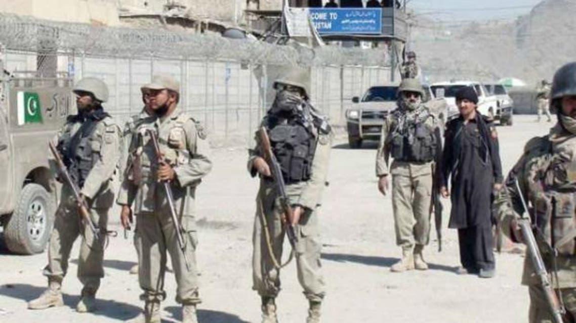 """در درگیری میان نیروهای مرزی افغانستان و پاکستان، روز سهشنبه 27 مارس، هفت سرباز پاکستانی کشته شدند و یک سرباز افغان زخم برداشته است. به گزارش منابع خبری، به نقل از مقامهای امنیتی افغان، این درگیری میان نیروهای مرزی افغانستان و پاکستان پس از آن صورت گرفت که نیروهای پاکستانی چندین موشک به خاک افغانستان پرتاب کرده و خسارات هنگفتی را به مردم محل در داخل این کشور وارد کردند. گفته شده، این درگیری میان دوطرف در حال حاضر متوقف شده است اما وزارت امور خارجه افغانستان در پاسخ به این حملات موشکی، کاردار سفارت پاکستان در کابل را احضار کرده و از حکومت پاکستان خواست تا هرچه زودتر موشک پراکنیها به سمت افغانستان را متوقف کند. قابل ذکر است که قبل از این نیز بارها نیروهای مرزی پاکستان به سمت افغانستان حملات موشکی انجام دادهاند که بعضا واکنشهای تند افغانستان و بدترشدن روابط میان دو کشور را به دنبال داشته است. این در حالی است که امریکا اخیرا پاکستان را به دلیل آنچه که """"حمایت و پناه دادن به گروههای مخالف دولت افغانستان"""" عنوان میکند زیر فشار قرار داده است. دو روز قبل اداره صنعت و امنیت ایالات متحده، هفت شرکت پاکستانی را تحریم کرده و آنها را در فهرست """"سیاه"""" قرار داد. هفته قبل نیز، جان نیکلسون، فرمانده کل نیروهای امریکایی و ناتو در افغانستان گفته بود: """"هرچند تاکنون آوردن فشارها بر پاکستان خشونتها را در افغانستان کاهش نداده است، اما واشنگتن برای قطع پشتیبانی پاکستان از گروه طالبان و گروههای دیگر، گام های بعدی را نیز بر خواهد داشت"""". قابل یاد آوری است که تمام کمکهای نظامی ایالات متحده به پاکستان نیز از چندین ماه به حالت تعلیق آمده است."""