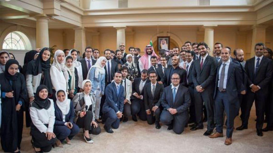 محمد بن سلمان مع مبتعثين سعوديين (أرشيفية)