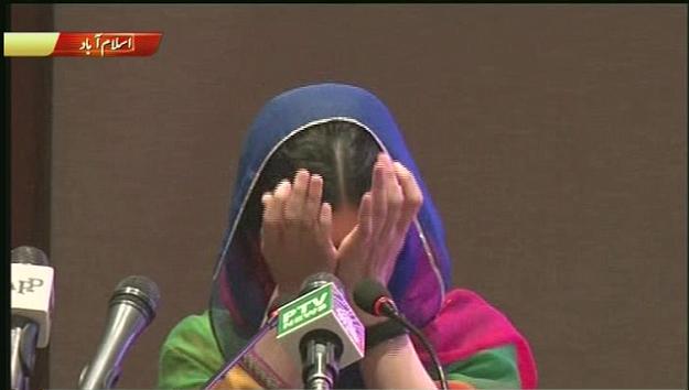 تغالب دموعها