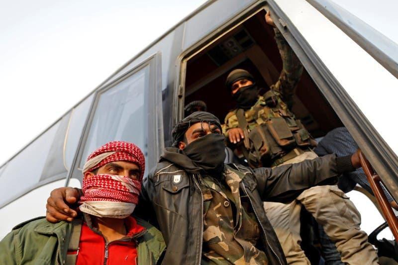 مقاتلون من المعارضة السورية يستعدون لمغادرة الغوطة الشرقية)26 مارس)