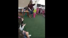 شاهد معلمة خلاقة تعلم الأطفال الموسيقى العربية الراقية