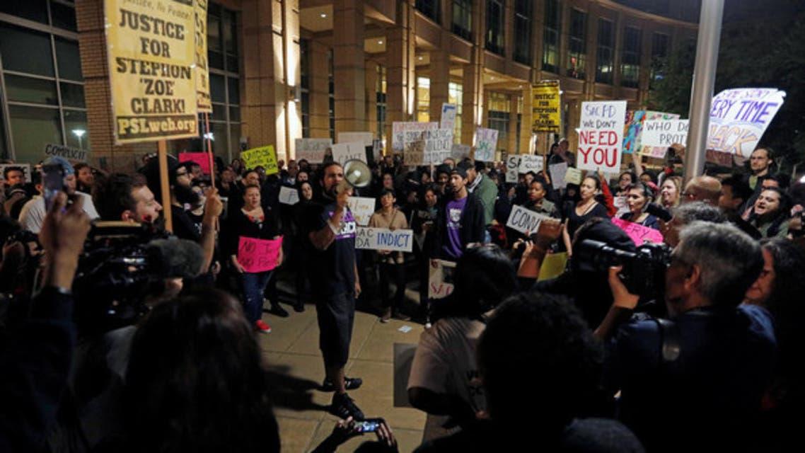 مشاركون في احتجاج ضد قتل شاب أسود أعزل على يد الشرطة في كاليفورنيا الجمعة