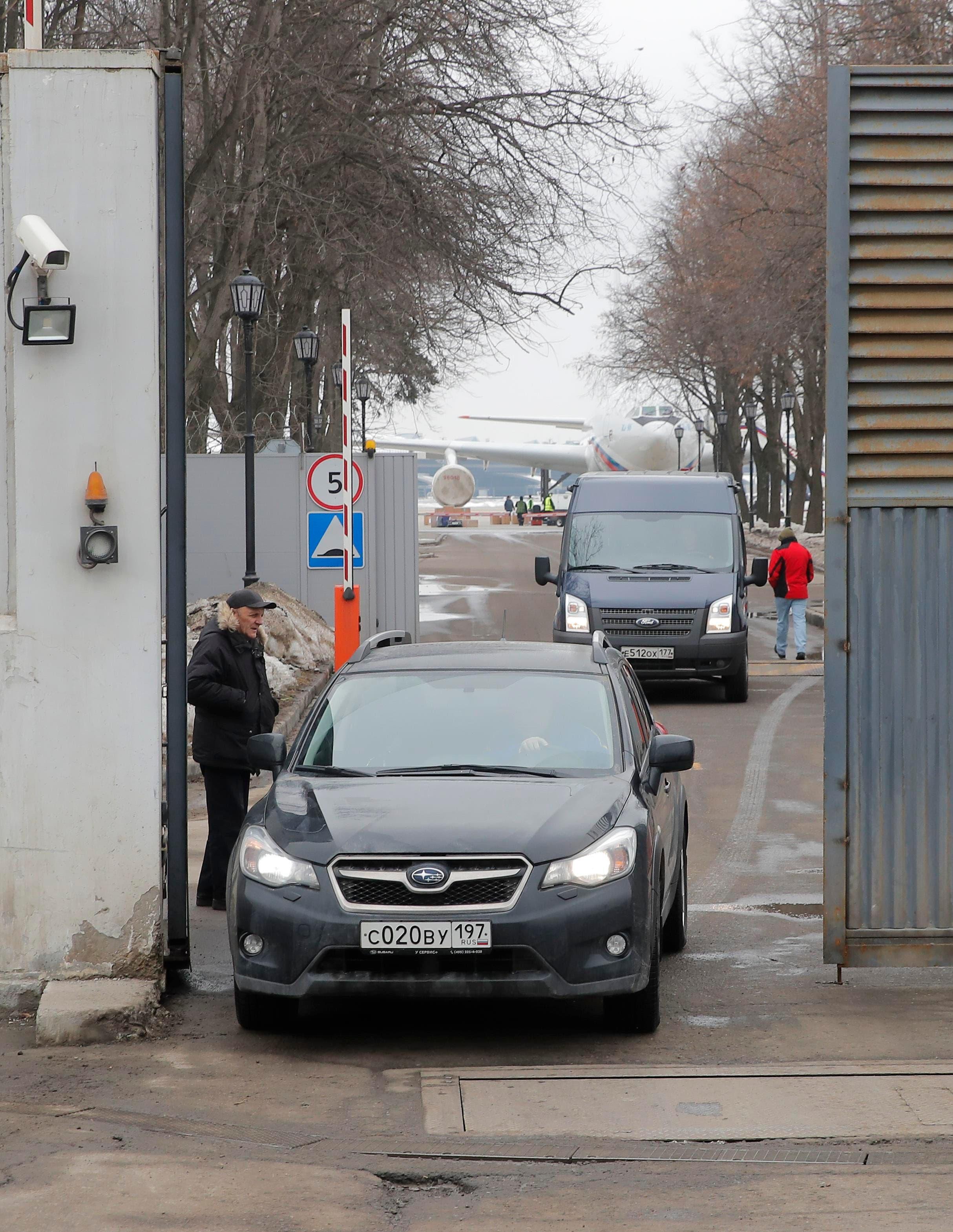 سيارات تقل الدبلوماسيين الروس من مطار فنوكوفو في موسكو