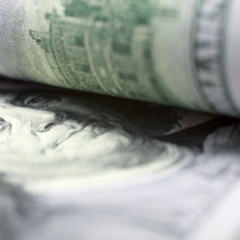 الدولار يتماسك بعد قفزة بعوائد سندات الخزانة