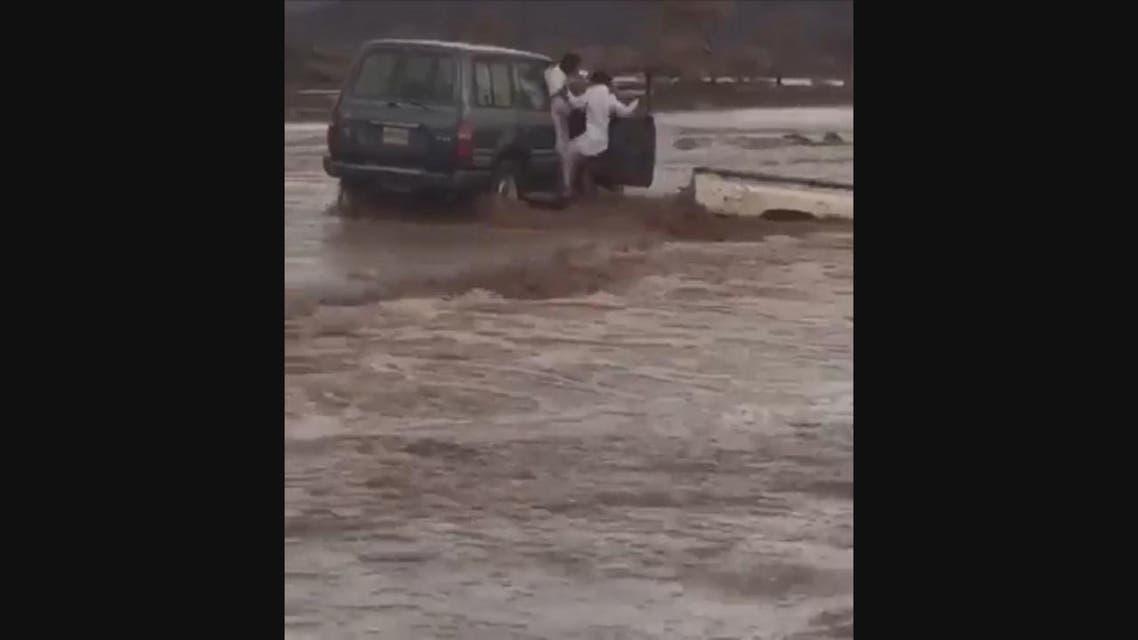THUMBNAIL_ كيف تم انقاذ شاب علقت سيارته بسيول حائل