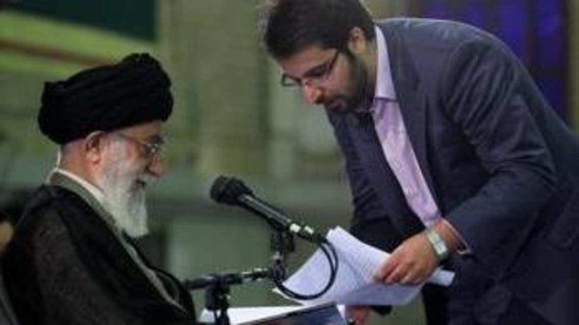 محمد حسين بادامجي، القيادي في باسيج الطلبةوأحد الموقعين على الرسالة، مع خامنئي