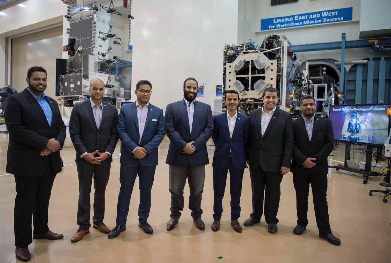 صورة الأمير محمد بن سلمان مع فريق العمل