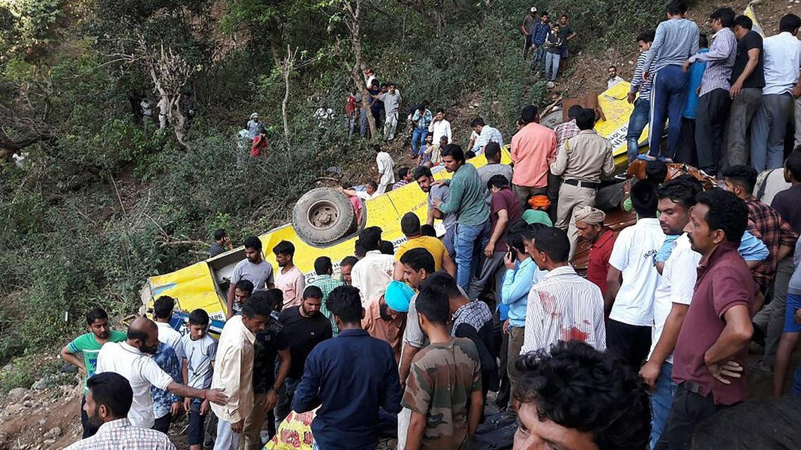 Indian people helping to rescue injured after a private school bus falls into a deep gorge in Nurpur, Kangra district, on April 9, 2018. (AFP)
