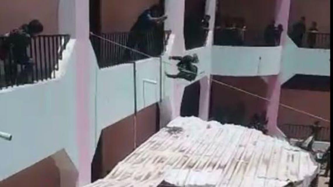 مدير يرمي الطلاب من الطابق الثاني