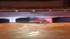 شاهد المياه تغمر سيارة في مكة.. وتحتجز السائق