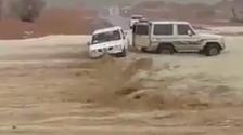 بشجاعة وذكاء.. فيديو لسعودي ينقذ عائلة من الغرق!