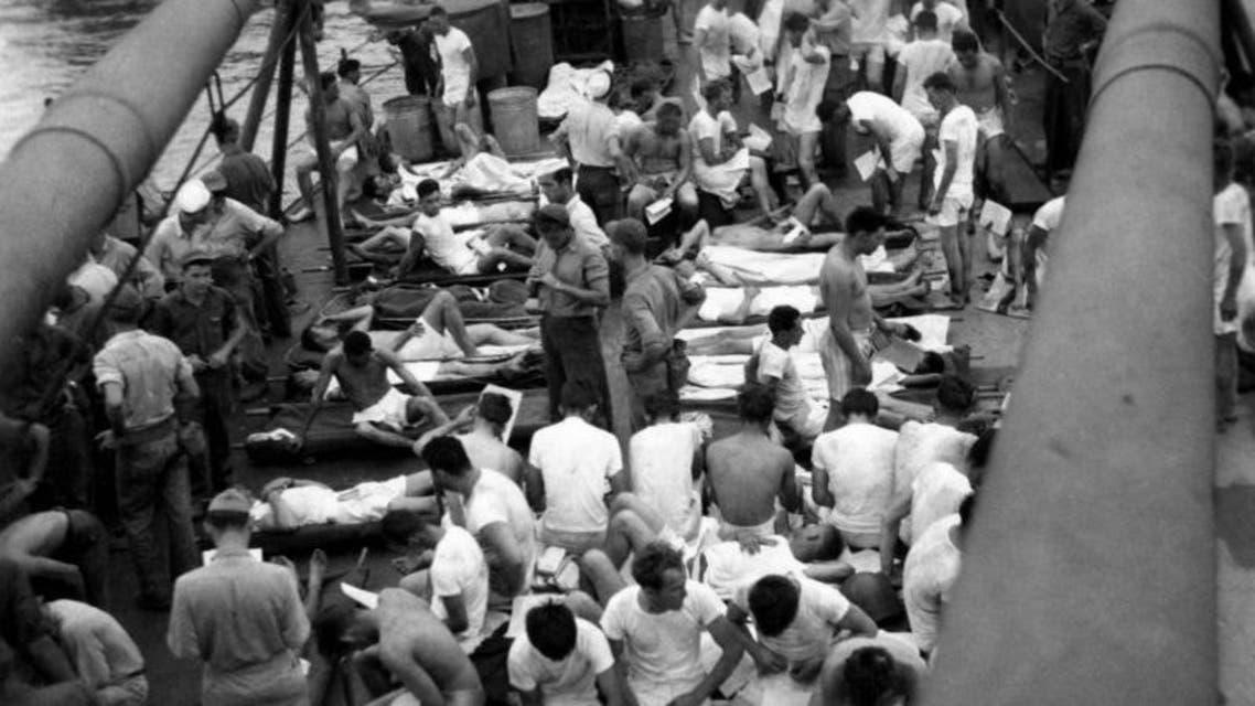 صورة لعدد من البحارة الأمريكيين الناجين من حادثة إغراق السفينة الحربية يو أس اس أنديانابوليس