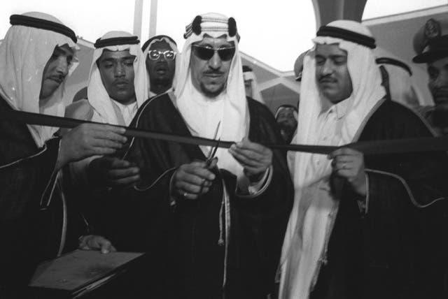 الملك سعود بن عبدالعزيز يفتتح مطار الظهران