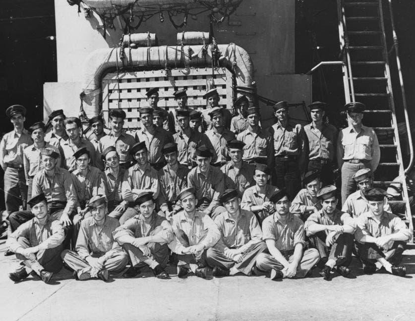 جانب من طاقم السفينة الحربية الأمريكية يو أس أس أنديانابوليس مطلع شهر يوليو سنة 1945