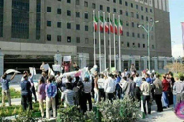 تجمع کازرونیهای مقیم تهران نیز در مقابل مجلس ایران