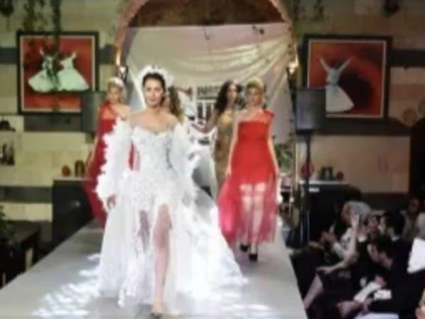 """دماء قتلى سوريا بأزياء نسائية ومصممة تقول: """"متاجرة""""!"""