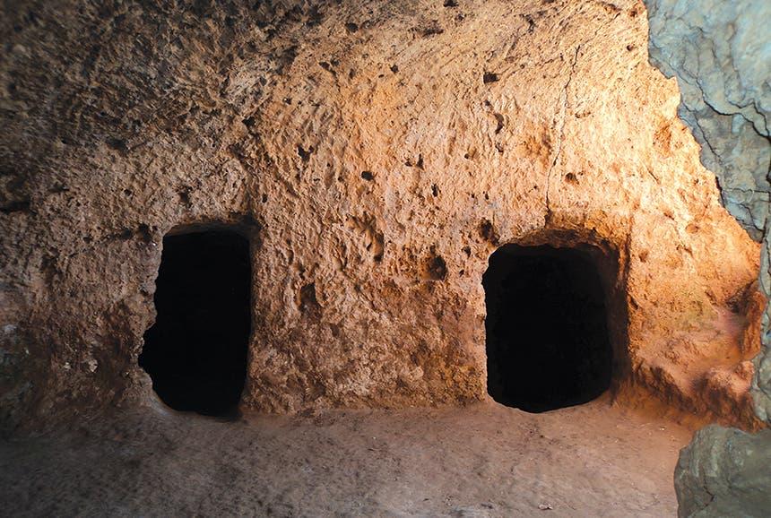 مداخل غرفتين متجاورتين في المغارة التي سكنها ابن خلدون