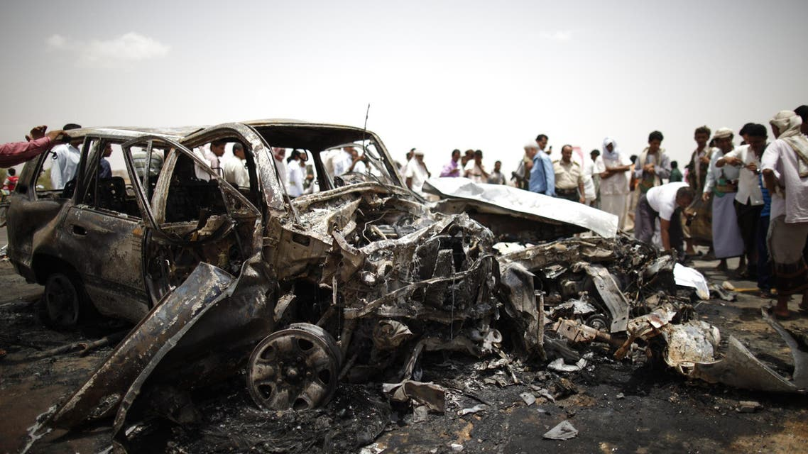 Policemen and people check the scene of a collision on a highway leading to a border crossing between Yemen and Saudi Arabia May 18, 2013. (File photo: Reuters)