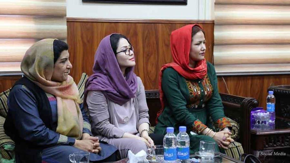 بر بنیاد قانون جدید «منع آزار و اذیت زنان در محیط کار» در افغانستان، اظهار نظر در بارهی لباس، چهره، وزن و ظاهر زنان پس از این جرم به شمار میرود.  مطابق قانون جدید منع آزار و اذیت زنان در افغانستان، کسانی که در محیط کار با زنان چنین رفتارهایی داشته باشند تا 20 هزار افغانی (پول افغانستان) جریمهی نقدی و در صورت تشدد جرم، به سه ماه حبس محکوم خواهند شد. سپوژمی وردک، معین پالسی و مسلکی وزارت امور زنان افغانستان در برنامهیی به خاطر توشیح قانون «منع آزار و اذیت زنان در محیط کار» گفت، هدف از توشیح این قانون جلوگیری از آزار و اذیت زنان، حمایت از بانوان قربانی خشونت و فراهمکردن فضای مناسب کاری، آموزشی و صحی برای زنان است. احمدرضا میثم، یکی از مشاوران وزارت اطلاعات و فرهنگ افغانستان در این باره گفت، این وزارت همواره برنامههایی را برای جلوگیری از آزار و اذیت زنان روی دست میگیرد.  به گفته وی، بخش ریاست نشرات و معینیت نشرات وزارت اطلاعات و فرهنگ افغانستان تلاش میکند تا از نشر برنامهها و تبلیغاتی که سبب ترویج خشونت علیه زنان شود، جلوگیری کند. مسؤولان وزارت امور زنان افغانستان در این برنامه از تمام وزارتها و ادارههای دولتی خواستند تا در تطبیق این قانون با این وزارت همکاری کنند. قانون منع آزار و اذیت زنان در محیط کار در افغانستان حدود سه ماه قبل در سه فصل و 29 ماده تصویب و توشیح شد.