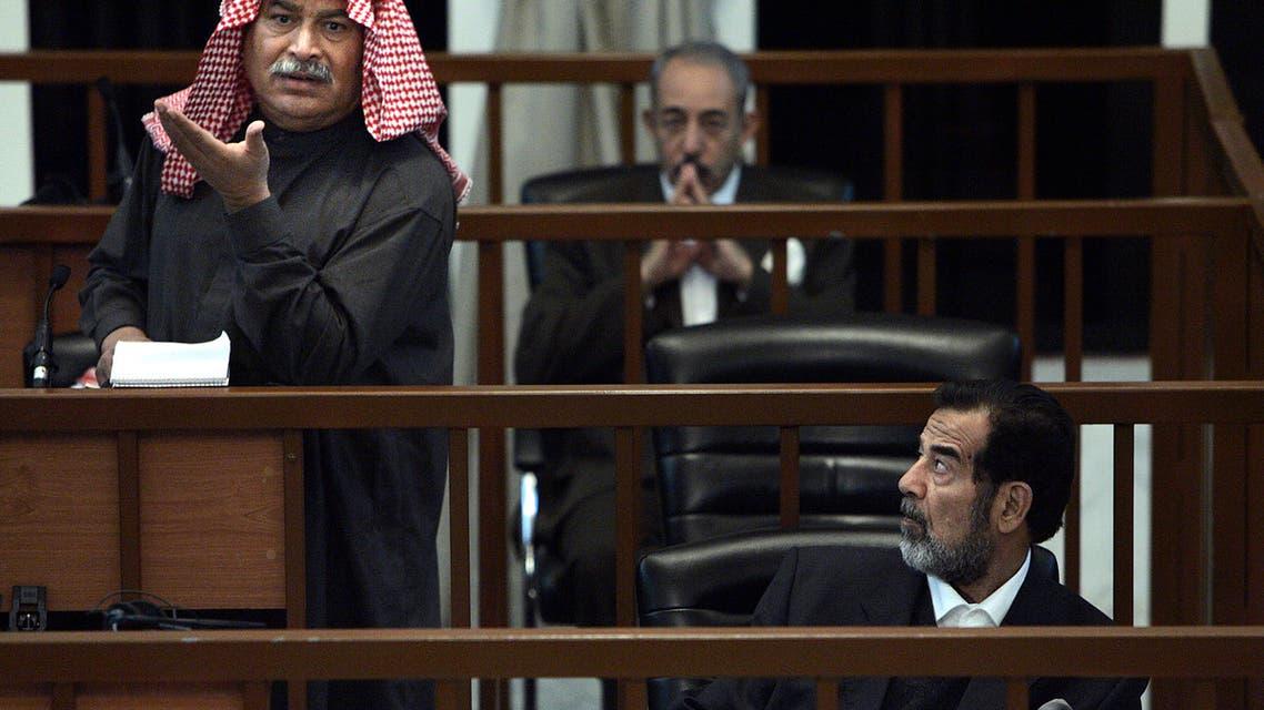 صدام حسين وخلفه وزير دفاعه سلطان هاشم أحمد خلال المحاكمة