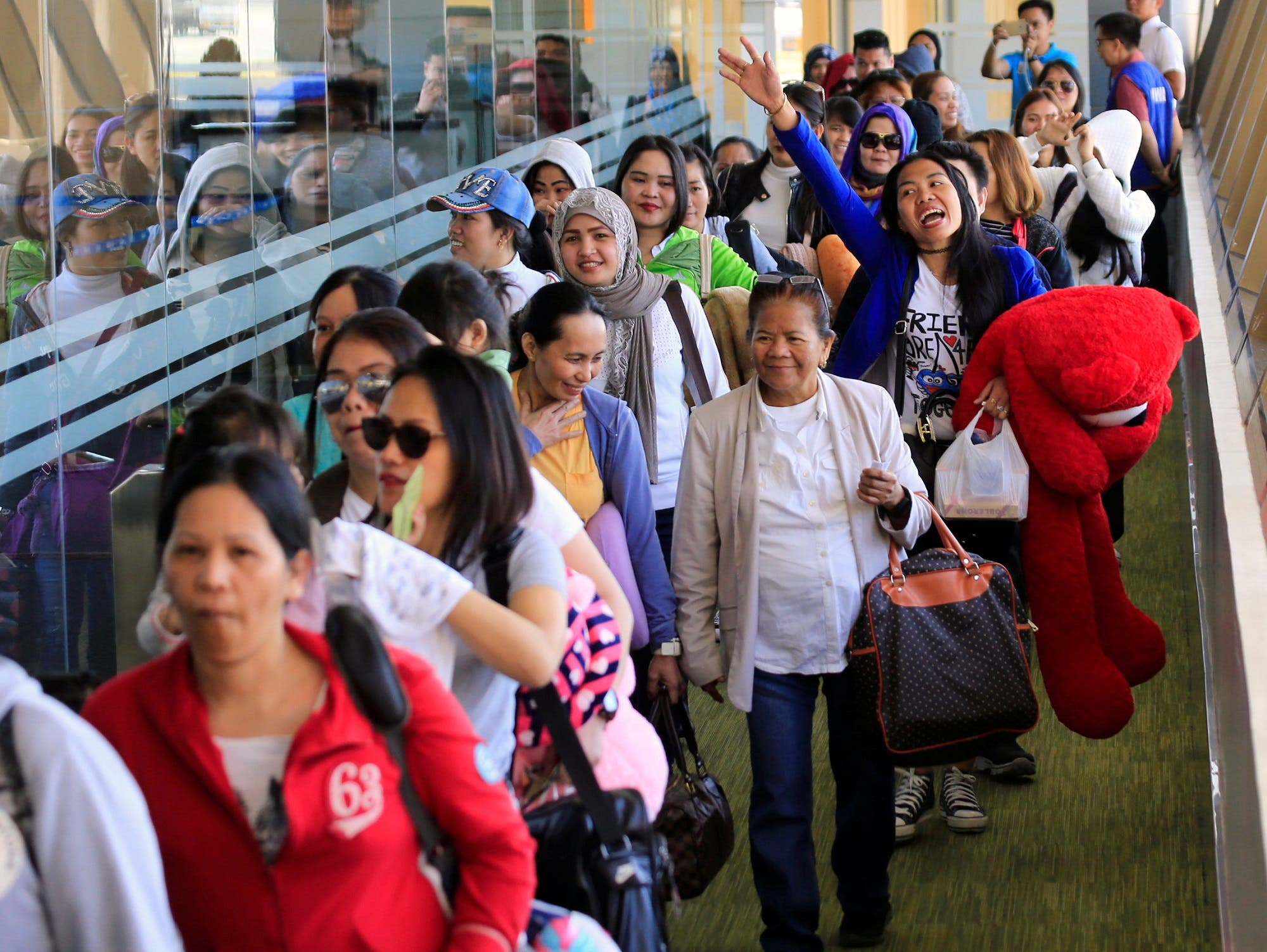 Overseas Filipino Workers (OFW) from Kuwait arrive at the Ninoy Aquino International Airport, following President Rodrigo Duterte's call to evacuate workers after a Filipina was found dead in a freezer, in Pasay city, Metro Manila, Philippines February 23, 2018, (Reuters)