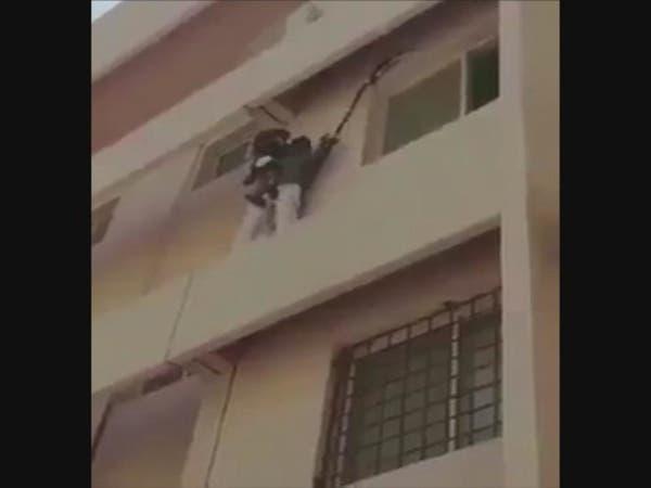 شاهد كيف أنقذ سعودي طفلة كادت تسقط من الدور الثالث