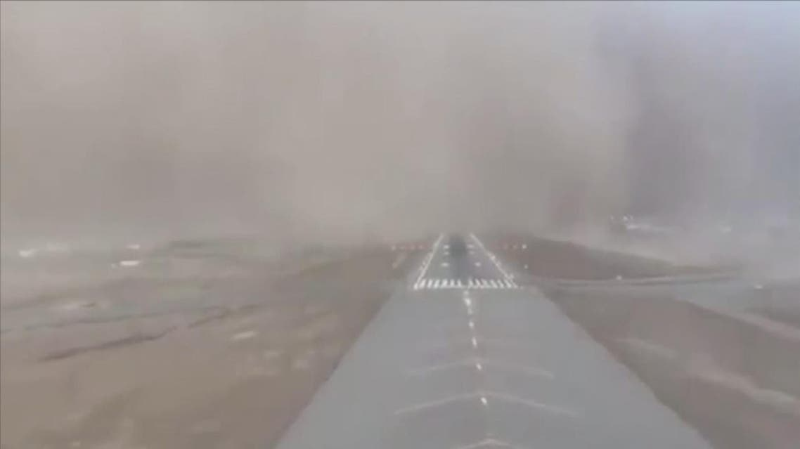 Airplane makes difficult landing amid swirling sandstorm at Saudi Jazan airport