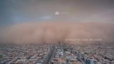 فيديو يحبس الأنفاس.. لحظة دخول العاصفة الرملية للرياض